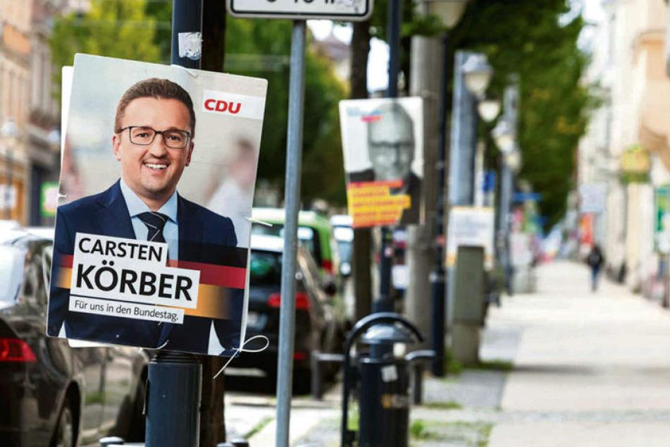 Wahlplakate an Zwickauer Laternenpfählen. Das ist erlaubt. Aber nicht an Oberleitungsmasten der SVZ.