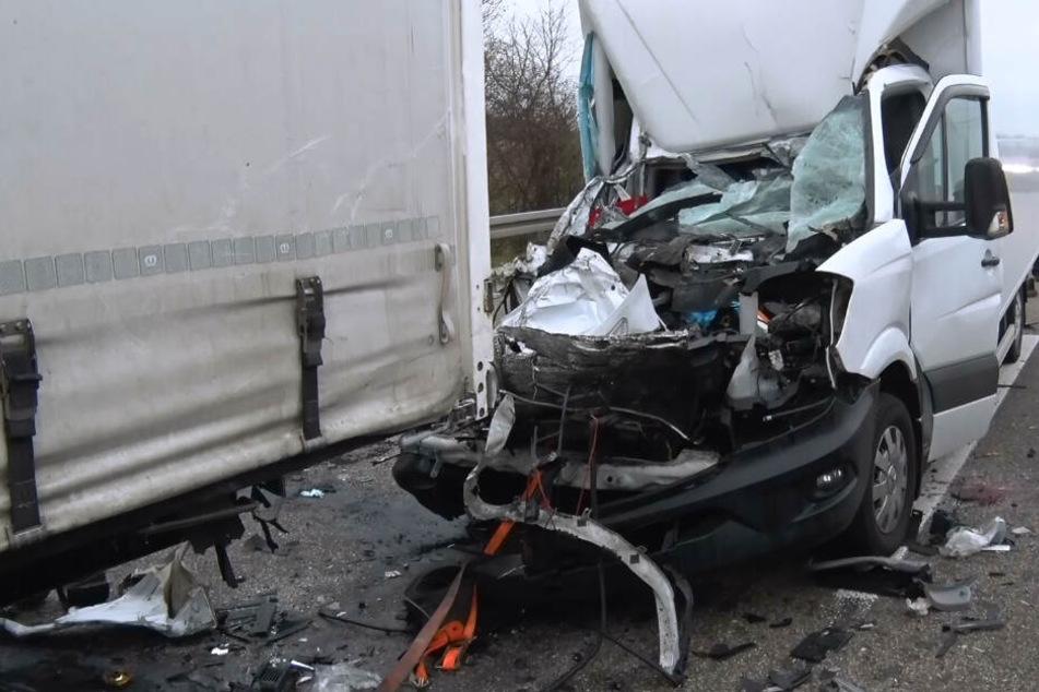 Tödlicher Unfall! Klein-Lkw kracht auf Sattelzug am Stauende: Fahrer stirbt