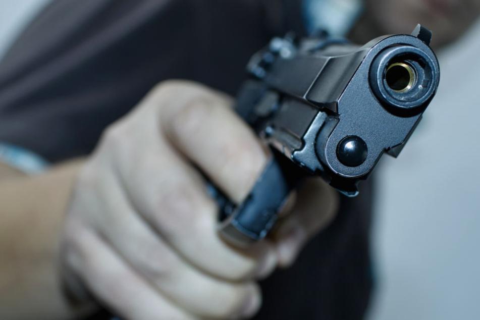 Der Räuber zückte eine schwarze Pistole (Symbolbild).