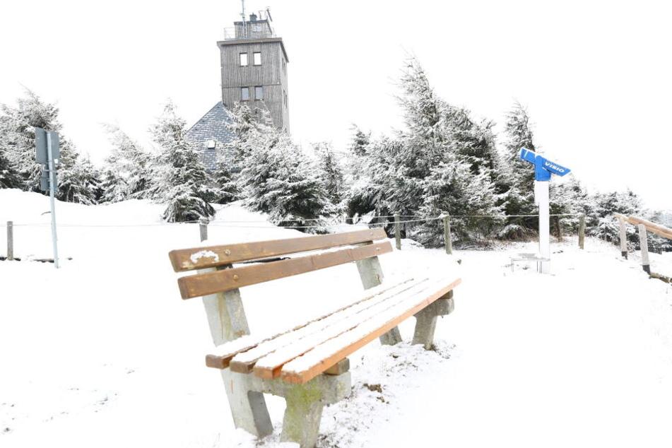 Insgesamt rund drei Zentimeter Neuschnee hat es auf dem Fichtelberg gegeben.