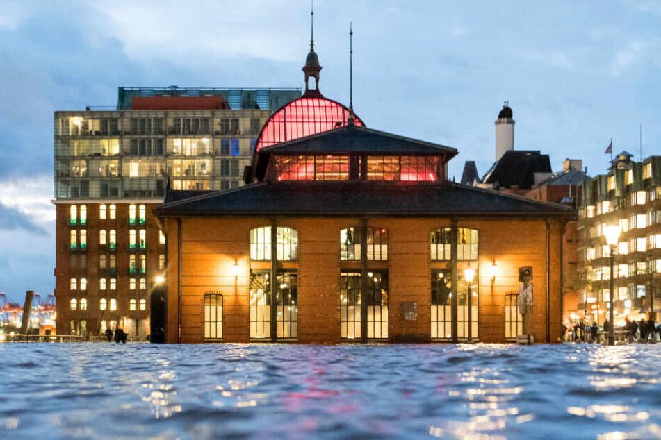 Tieferliegende Parkplätze wie am Hamburger Fischmarkt können durch das Hochwasser überflutet werden. (Archivbild)