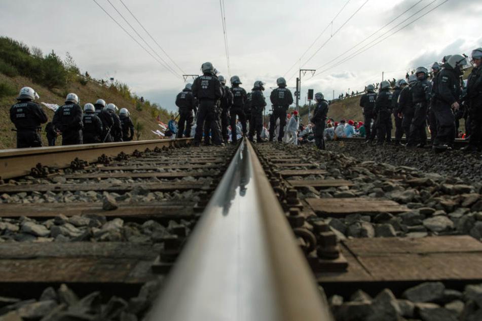 Die Polizei räumte die Blockade zunächst nicht aus dem Weg.