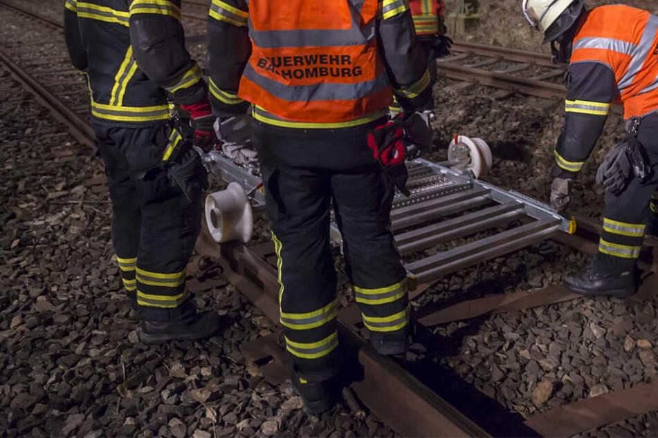 Mit einer Spezialvorrichtung wurde der Verletzte auf den Gleisen transportiert.