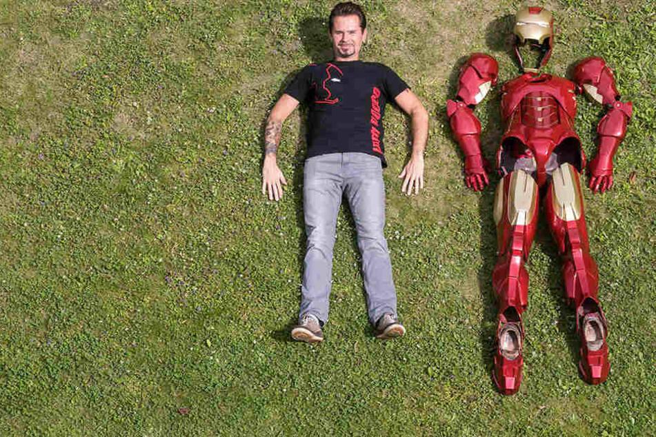 Der Dresdner Iron Man Rocco Zschuppe 31): pur und mit selbst gebautem Super-Anzug.