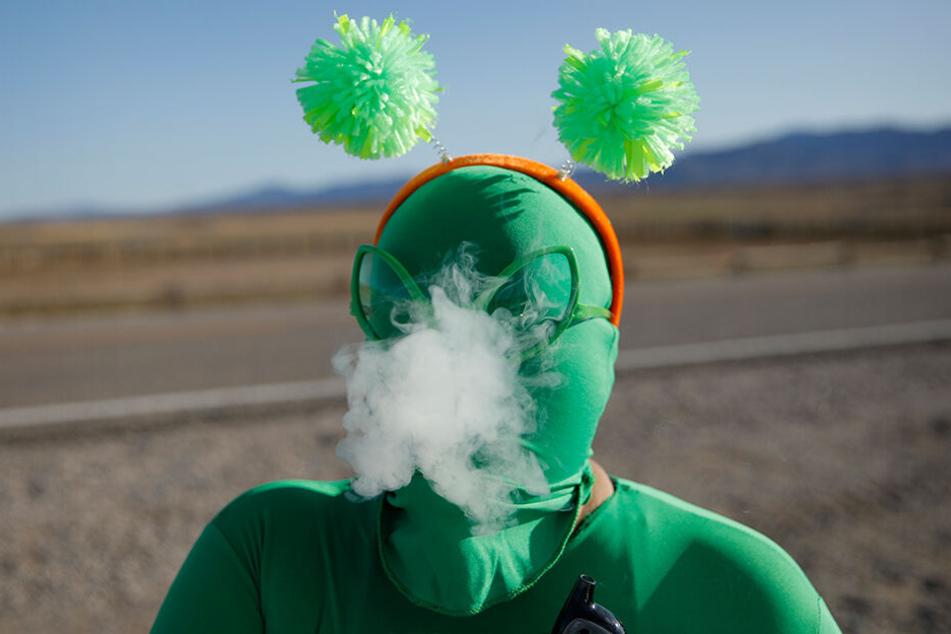 Audrie Clark raucht einen Vape außerhalb des Storm Area 51 Basecamp Event.