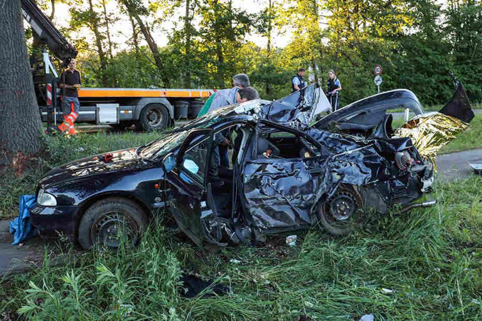 Auto prallt gegen Baum: zwei Jugendliche tot