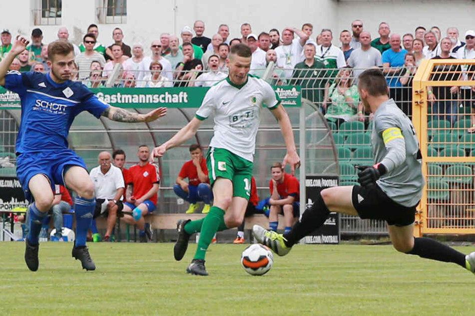 Tim Bunge (Mitte) umkurvte den Jena-Keeper und öffnete mit dem 1:0 die Tür zum Aufstieg im Alfred-Kunze-Sportpark.