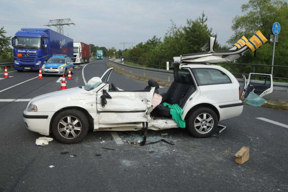 Das Auto der Fahrerin musste komplett aufgeschnitten werden.