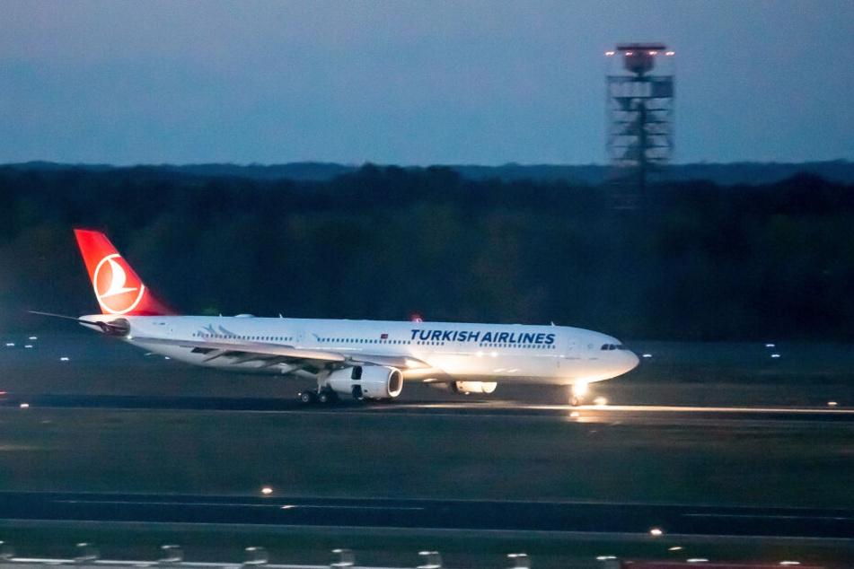 Der Flug TK 1723 von Turkish Airlines landet am Flughafen Tegel. An Bord befinden sich Personen, die aus der Türkei abgeschoben wurden.