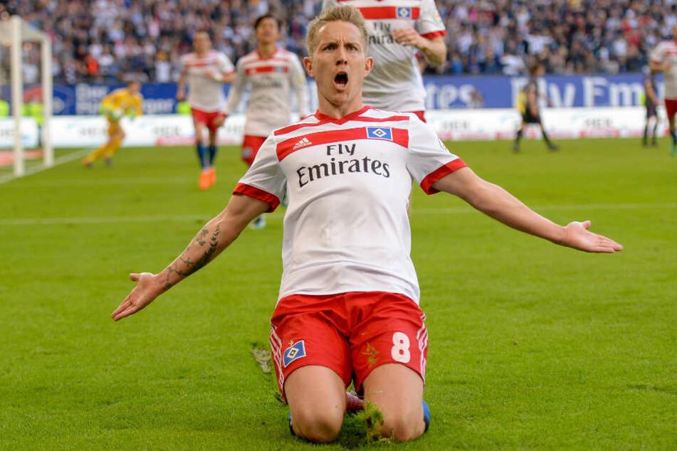 Lewis Holtby feiert sein Tor gegen den FC Freiburg am 31. Spieltag im Volksparkstadion.