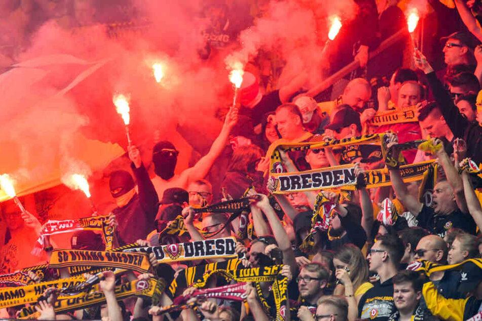 Pyrotechnik, Sturmhauben, Schlagwerkzeuge: Gewaltbereite Dynamo-Anhänger waren in Rostock offenbar auf Krawall aus.