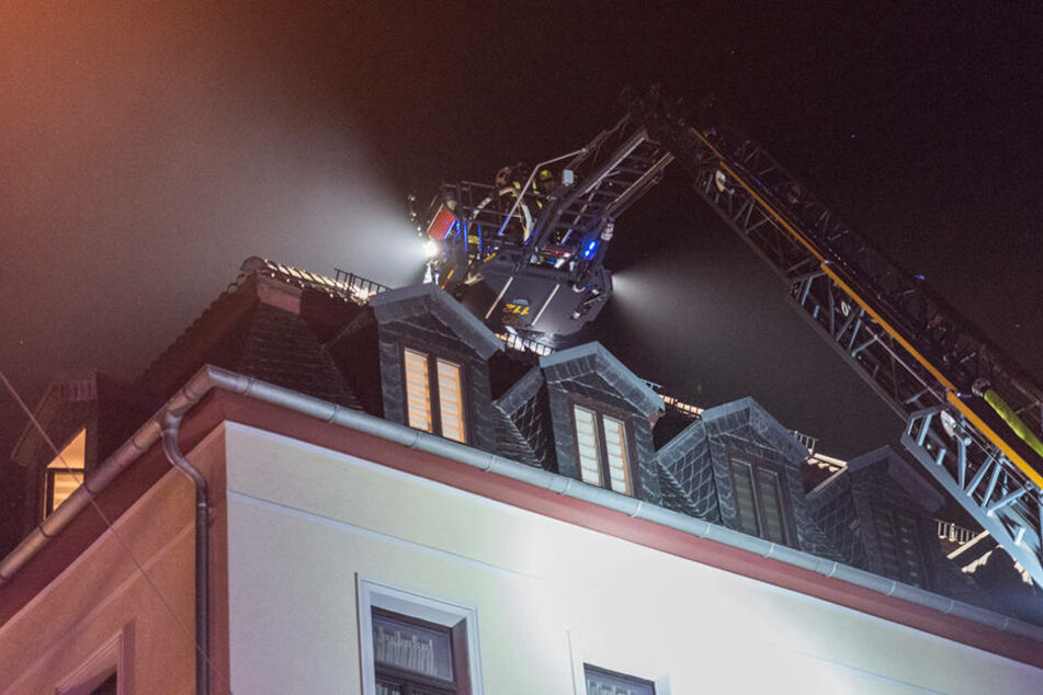 Die Feuerwehr musste das Dach öffnen, um an alle Glutnester zu gelangen.