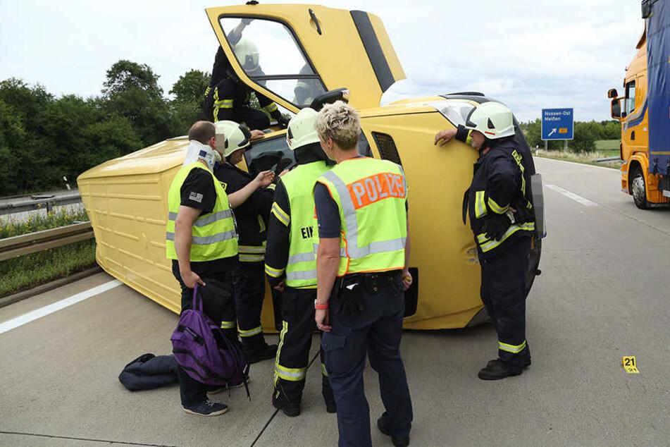 Der Transporter kippte infolge des Unfalls auf die Seite.