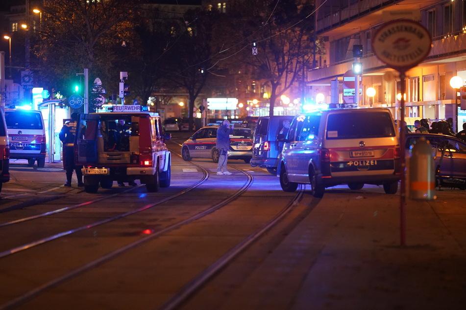 Einsatzkräfte der Polizei stehen am Schwedenplatz.
