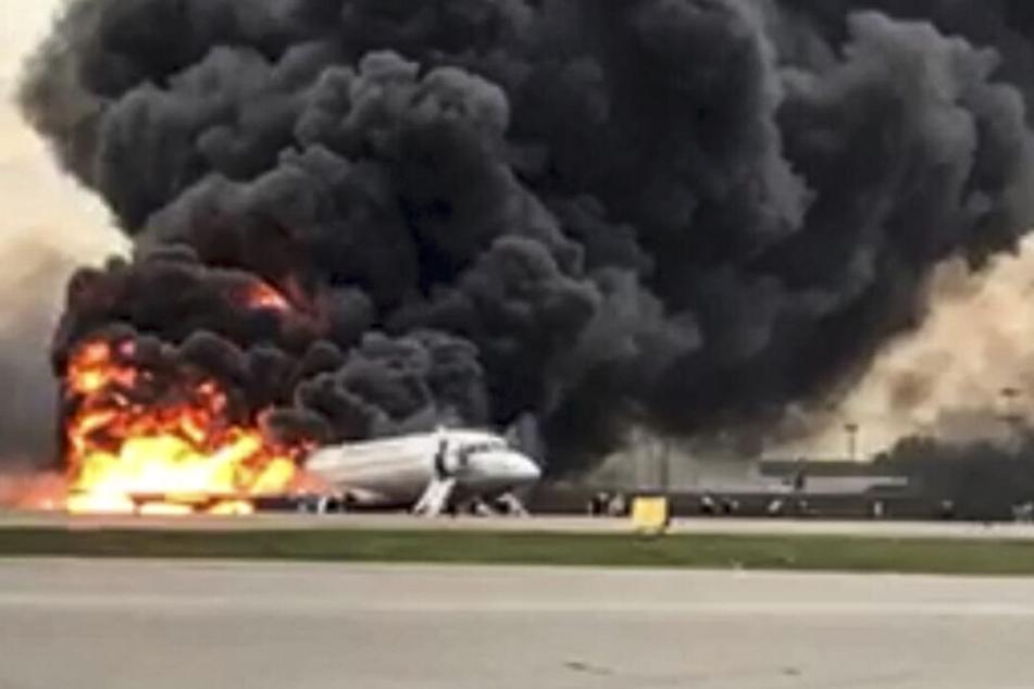 Die brennende Maschine des Typs Suchoi Superjet-100 auf dem Moskauer Flughafen Scheremetjewo.