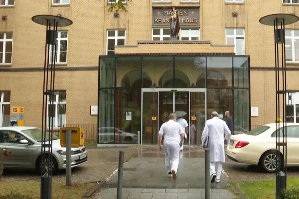 Medizinisches Personal geht in das Marienkrankenhaus in Hamburg.