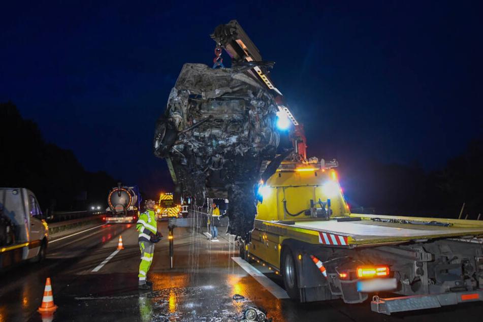 Ein Abschleppdienst transportierte die Überreste des Unfallwagens ab.