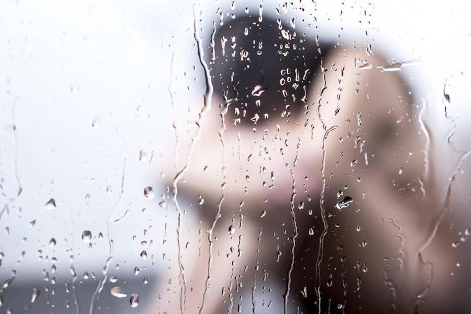 Ehemann setzt seine Frau unter Drogen und sieht fasziniert zu, wie mehrere Männer sie vergewaltigen