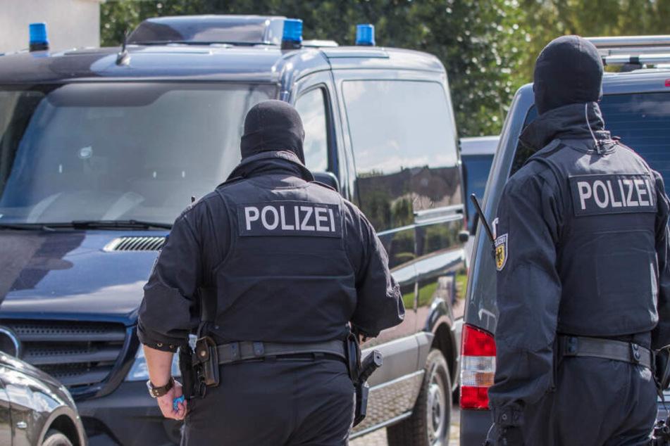Polizisten einer Spezialeinheit durchsuchten bereits im August 2017 ein Grundstück in Banzkow bei einer Anti-Terror-Razzia.