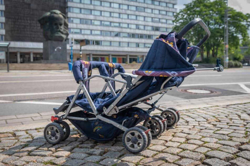 Dieser Zwillings-Kinderwagen ohne Kinder in der Brückenstraße rief die Polizei auf den Plan.