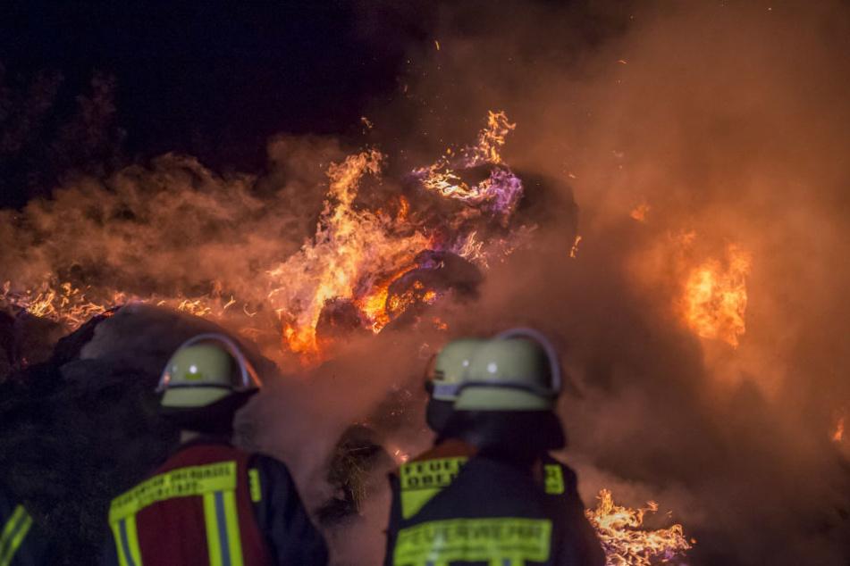 Die Feuerwehr überwachte die brennenden Strohballen.