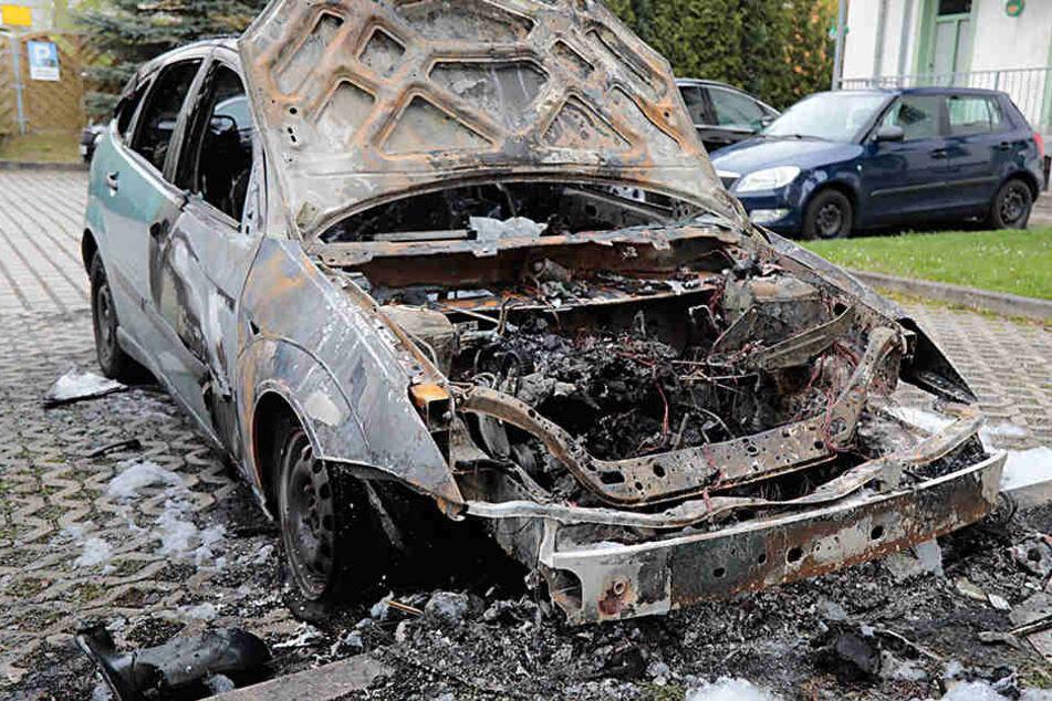 Brandstiftung? Ford geht komplett in Flammen auf