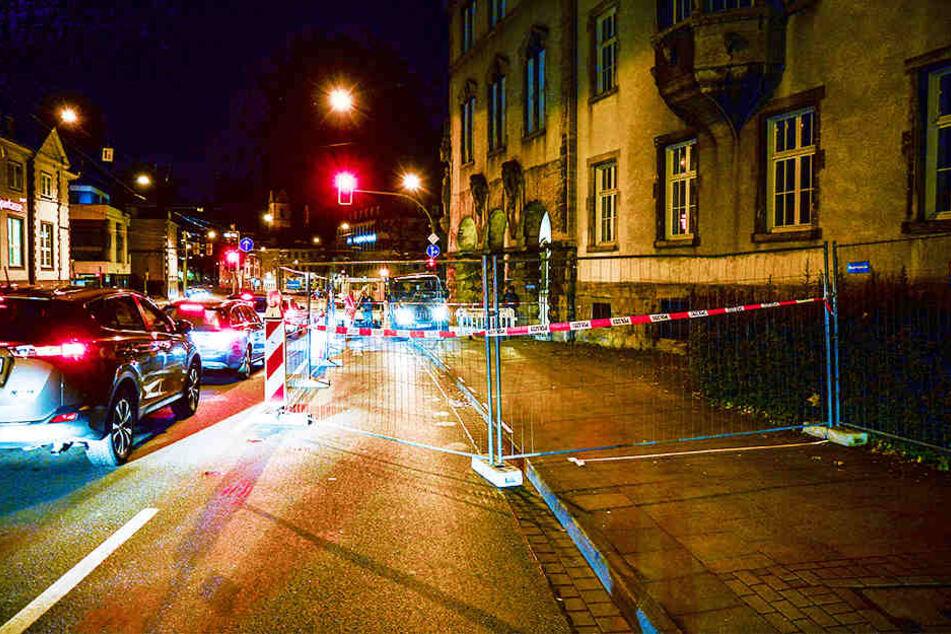 Die Polizei sperrte sowohl den Gehweg als auch die Straße ab, sodass für Fußgänger und Autofahrer keine Gefahr mehr besteht.