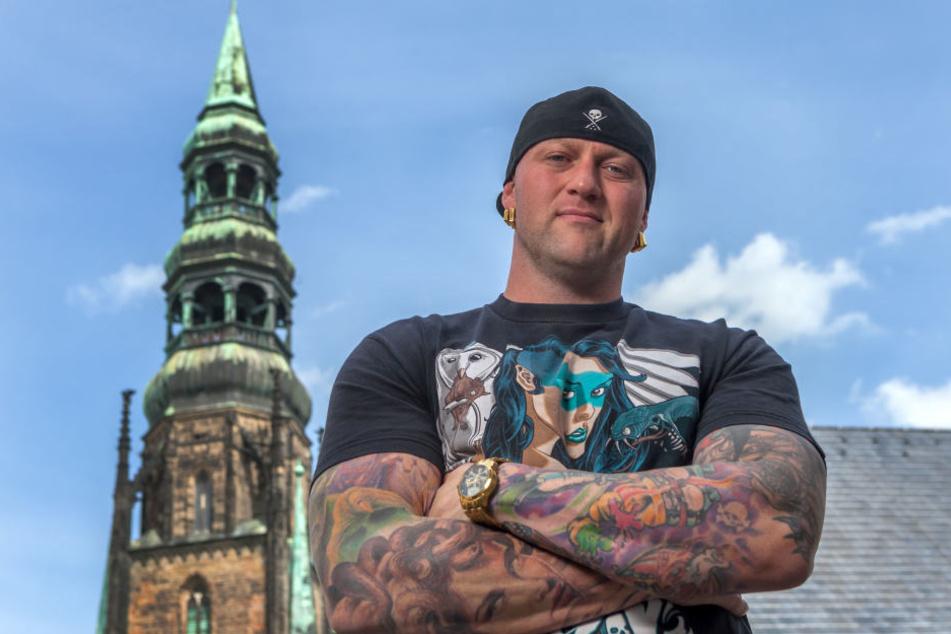 """Tattookünstler Randy Engelhard (36) posiert vor dem Dom in Zwickau. Er betreibt in Zwickau die Tattoolounge """"Heaven of Colours""""."""