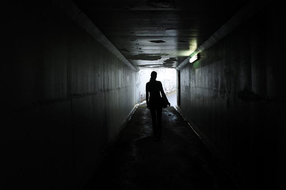 Auf dem Weg zur Arbeit ist eine Frau (35) in der indischen Millionenmetropole Bhopal von zwei Männern vergewaltigt worden.