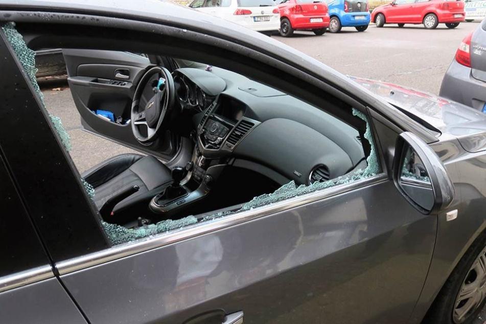 Die Beifahrerseite wurde eingeschlagen, während der Fahrer noch im Auto war (Symbolbild).