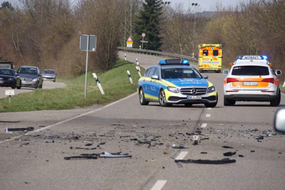 Trümmerteile sind auf der Fahrbahn verstreut. Die Landstraße wurde voll gesperrt.