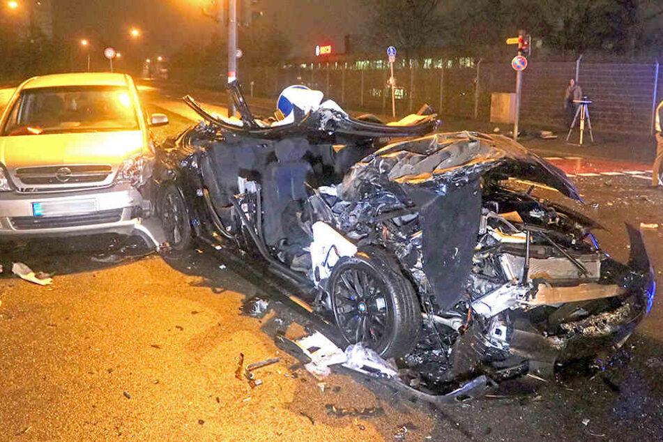 Airbag explodiert bei Horror-Crash: Vier Verletzte, darunter ein Retter