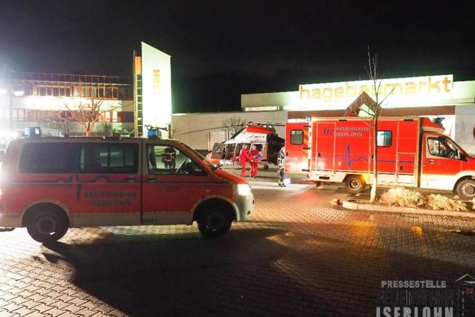 Die Rettungskräfte parkten und landeten auf einem benachbarten Parkplatz eines Baumarktes.