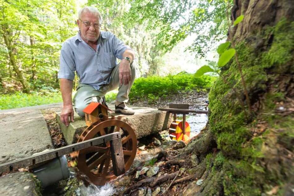Michael Hillig (73) schmückt den Haselbach im Sternmühlental mit selbst gebauten Wasserrädern.