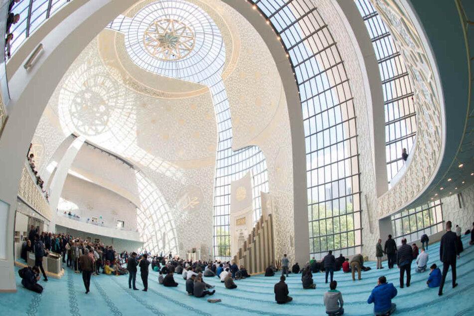 Moslems beten beim Mittagsgebet am Tag der offenen Moschee in der der Zentralmoschee in Köln-Ehrenfeld (Archivbild).