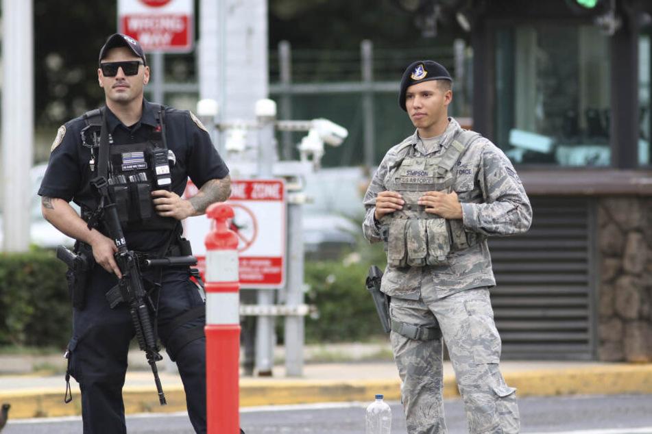 Der Sicherheitsdienst vor dem US-Militärstützpunkt Pearl Harbor-Hickam.