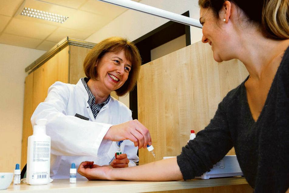 Die Pollen sind wieder unterwegs: Professorin Regina Treudler nimmt bei einer Patientin einen Allergietest vor.