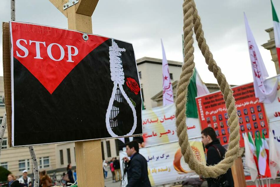 Iraner protestieren vor dem Brandenburger Tor gegen die Anwendung der Todesstrafe in ihrem Heimatland. (Archivbild)