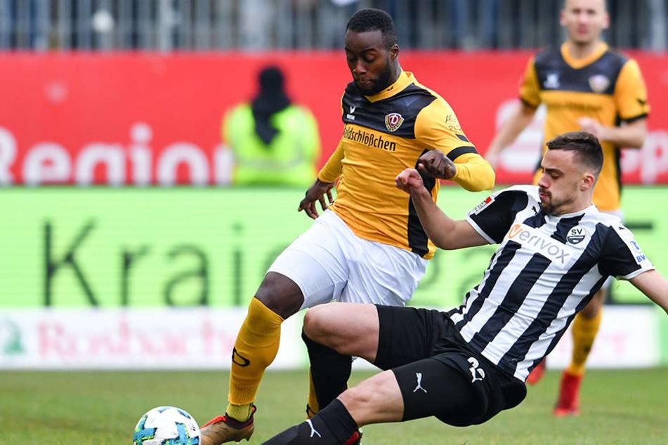 Erich Berko (gelbes Trikot) hat Mühe, den Ball gegen SVS-Kicker Philipp Förster zu behaupten.