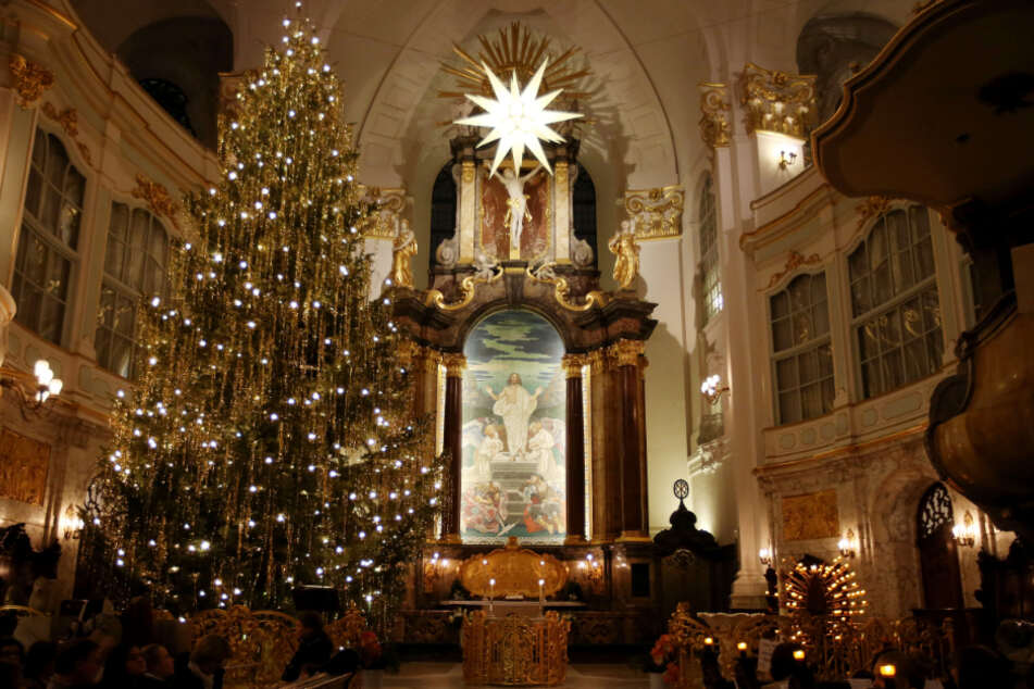 In Kirchen gilt ab Mittwoch in Bayern wieder Maskenpflicht und ein Gesangsverbot. (Symbolbild)