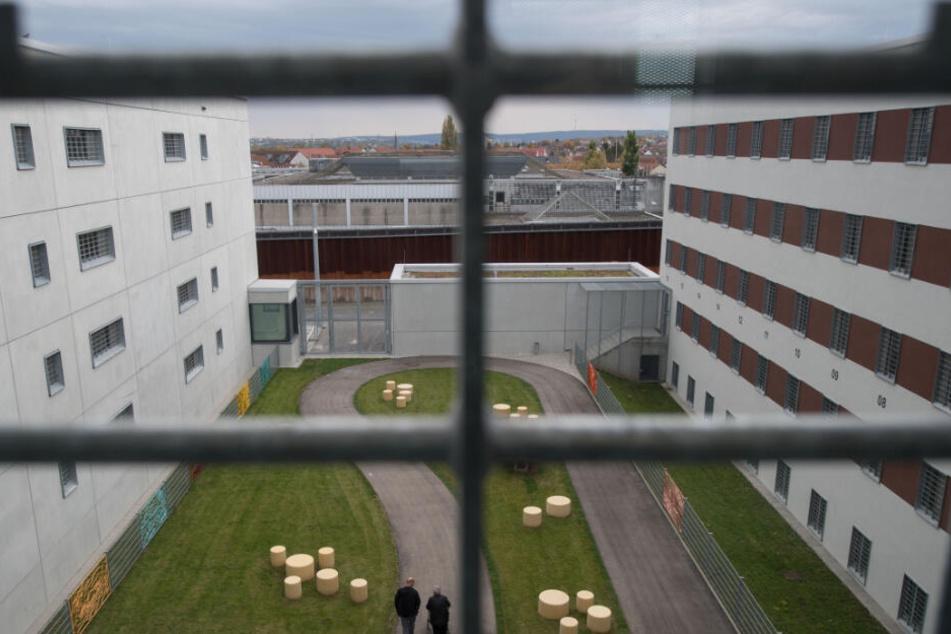 Hinter den Gefängnismauern hat die Zahl der Angriffe auf Bedienstete zugenommen. (Symbolbild)