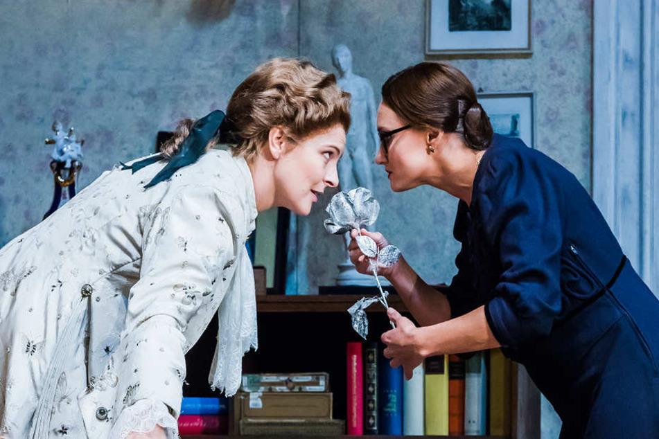 """Octavian (Sylvia Rena Ziegler) wirbt als """"Rosenkavalier"""" um Sophie (Elena Gorshunova)."""