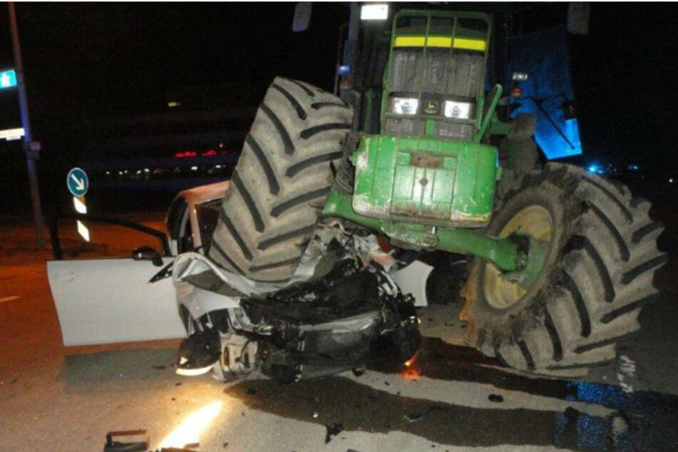 Der Traktor überrollte den Seat am Samstag.