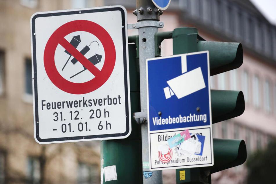 Ein Hinweisschild auf das Feuerwerksverbot hängt in der Altstadt von Düsseldorf.