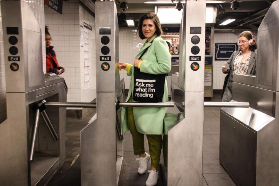Uli Beutter Cohen portraitiert U-Bahn-Leser.