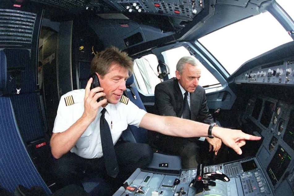 Auch Ex-OB Peter Seifert (SPD) durfte schon im Cockpit des Airbus sitzen.
