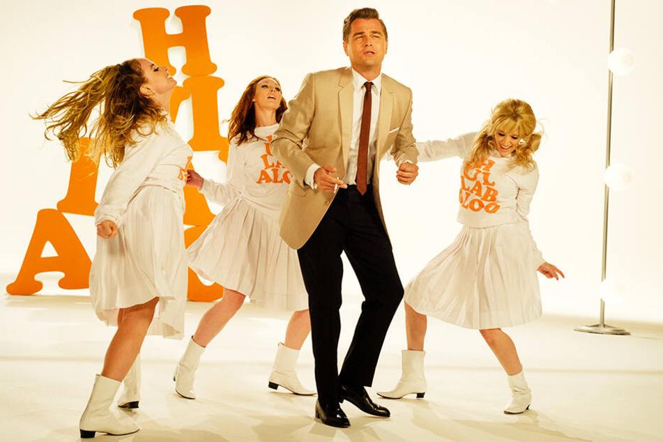 Leonardo DiCaprio wirft sich geradezu in seine Rolle als selbstzweifelnder Rick Dalton rein und reißt das Publikum mit.
