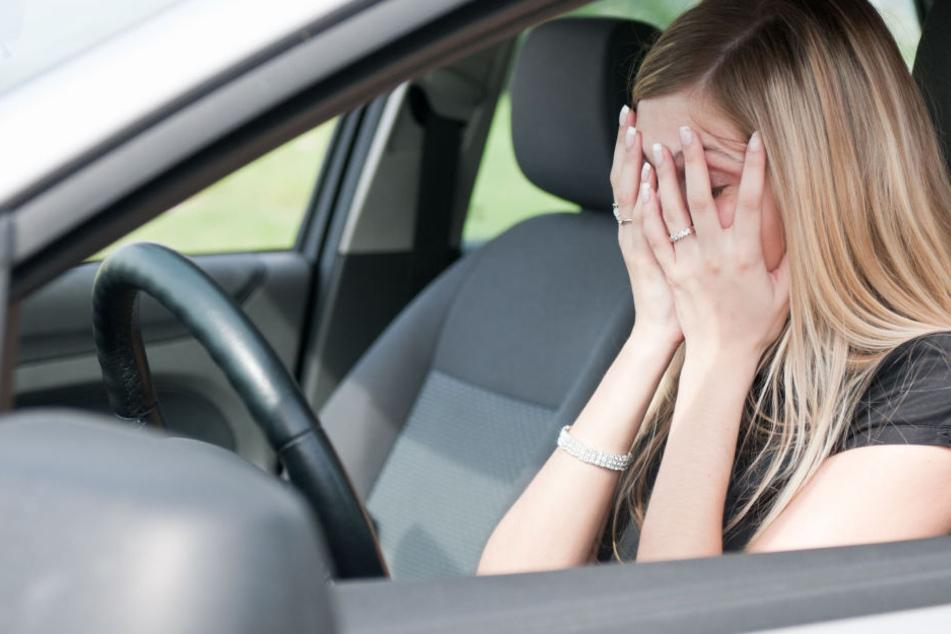 Frau fährt nach Unfall plötzlich los und schleift Mann mit