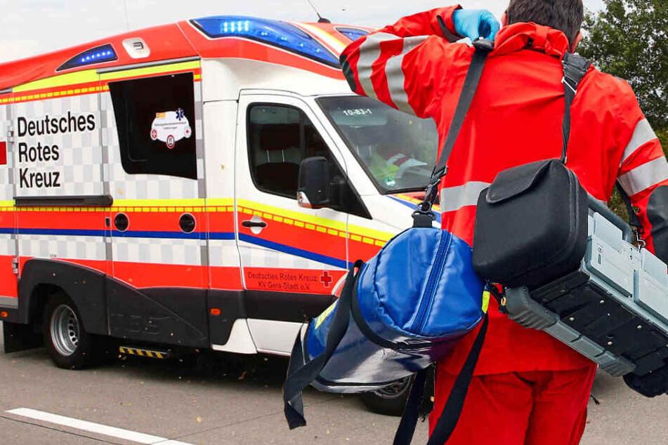 Die Bundesstraße wurde voll gesperrt, der Rettungsdienst ist im Einsatz (Symbolbild).