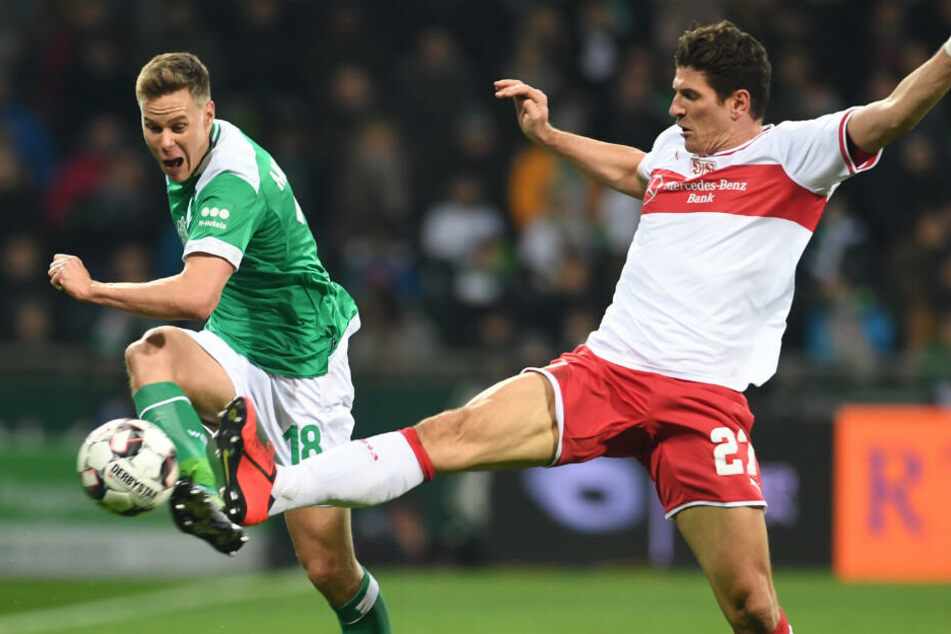 Werders Niklas Moisander (l.) im Zweikampf mit VfB-Star Mario Gomez (r.).